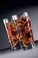 copo de coca-cola com gelo foto