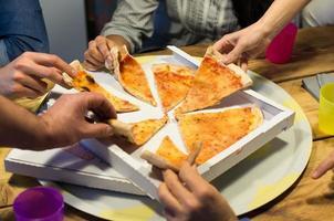 tirar pizza italiana foto
