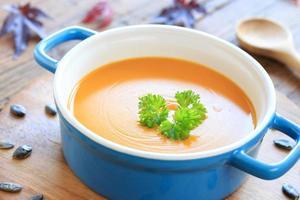 kürbissuppe mit petersilie foto