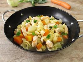 panela de macarrão com legumes foto