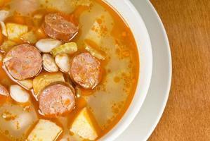 sopa de feijão romano com salsichas doces foto