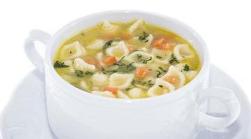 porção de sopa isolada no branco foto