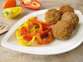 bolas de falafel com pimentão foto