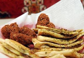 corações de falafel com pão pita apresentado