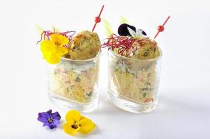 falafel em uma cama de salada de iogurte e tabule raita foto