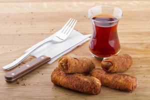 produtos de pastelaria turca e árabe em uma mesa de madeira foto
