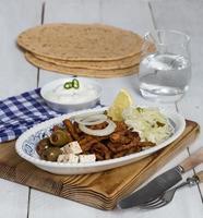 giroscópios com azeitonas de salada de repolho tzatziki e queijo feta foto