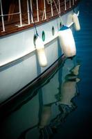 reflexão de barco foto