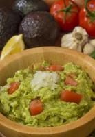 tigela de salada de guacamole foto