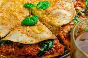 tortilla vegetariana e molho à bolonhesa