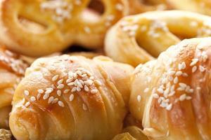 croissants e doces frescos foto