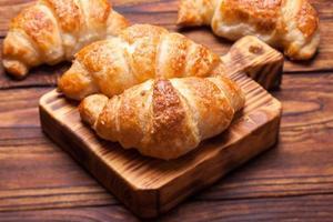 café da manhã com croissants frescos foto