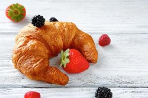 croissant com frutas foto