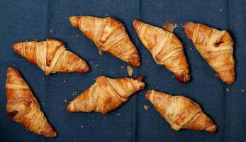 cozinhando. pilha de croissants em cima da mesa foto
