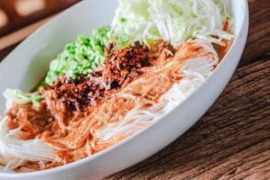 aletria de arroz tailandês servido com curry
