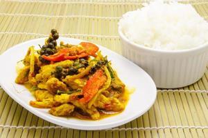 comida tailandesa, frita de porco picante com arroz foto