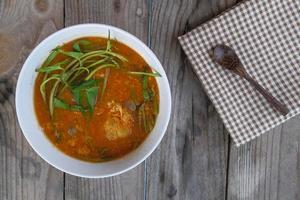 sopa azeda feita de pasta de tamarindo com ovas de peixe