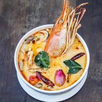sopa picante tailandesa. tom yum koong comida picante tailandesa. foto