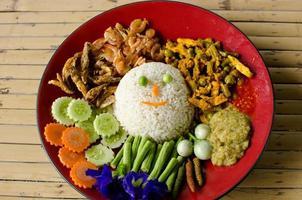 comida tailandesa, khao man kaeng kai foto
