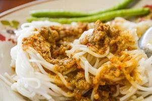 aletria de arroz com molho de curry foto