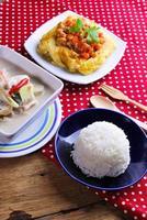 arroz, omelete recheada e tom kha kai, frango com coco