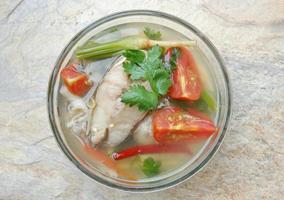 sopa de peixe quente e azedo foto