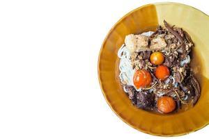 aletria tailandesa comida com curry e vegetais, macarrão do norte tailandês foto
