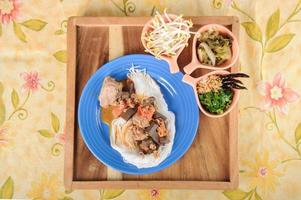 macarrão de arroz tailandês com curry vermelho foto