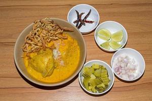 macarrão de ovo em curry de frango, comida tailandesa, kao soi kai