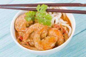 camarão curry tailandês com macarrão