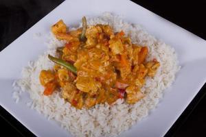 caril tailandês vermelho com arroz