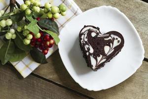 bolo de chocolate em um coração, dia dos namorados, sobremesa foto