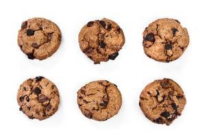 biscoitos com pedaços de chocolate ao leite escuro e isolado foto