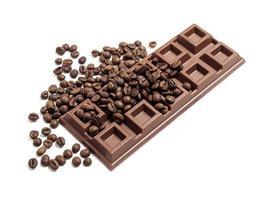 barra de chocolate com grãos de café foto
