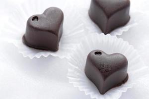 chocolate em forma de coração em branco foto