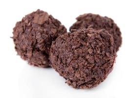 chocolates deliciosos isolados no branco foto