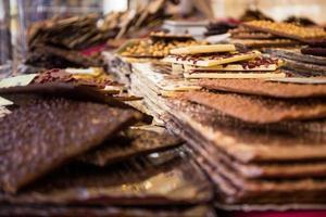 doces de chocolate em exposição foto
