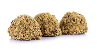 bombons de chocolate com pistache picado, isolado no branco foto