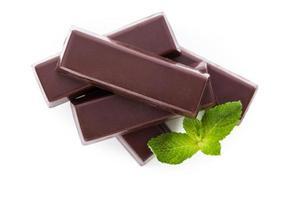 barra de chocolate com hortelã isolada sobre o branco.