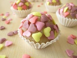 bombons de maçapão com corações de açúcar foto