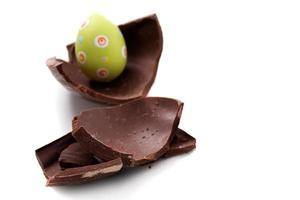 ovo de Páscoa quebrado em pedaços foto