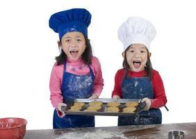 crianças cozinhando foto