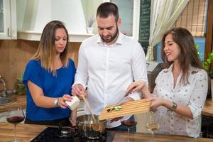 amigos cozinhando juntos.