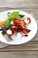 salada fresca em um prato branco foto