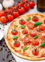 pizza vegetariana com tomate cereja foto