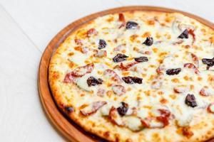 pizza na placa de madeira
