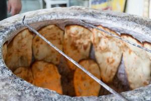 pão assando no forno foto