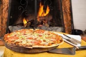 pizza entrando em um forno a lenha