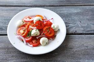 salada de legumes com fatias de queijo foto
