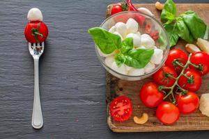 sanduíche com ingredientes da salada caprese foto